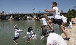 Miles de personas saltan a los ríos de 18 países europeos para reclamar más protección para el agua